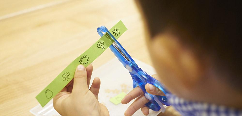 子どもがはさみを使いたがるときは、巧緻性を育てる良い機会